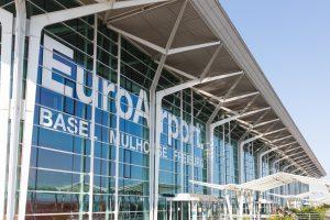 Vorderansicht des Euroairport Basel Mulhouse und Freiburg ist zu sehen