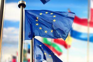 Die blaue EU-Frallge weht im Vordergrund vor weiteren Fahnen der verschiedenen Mitgliedsländer