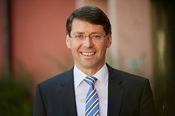 Ettenheims Bürgermeister Bruno Metz im Porträt mit Anzug und Krawatte