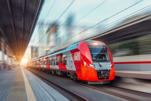 Ein roter Zug fährt in den Bahnhof hinein